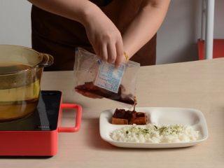 千页豆腐红烧肉盖浇饭,加热好的料包取出剪开倒在米饭上