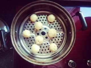 当杨梅遇上面粉,放入锅蒸30分钟,便可以入食