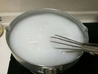 豌豆凉粉,开大火煮,慢慢搅拌至烧开粉浆开始变透明状(可10秒搅拌一下再停以此类推),注意底部糊
