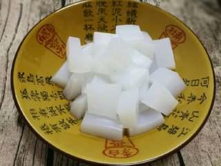豌豆凉粉,也可切小方块或小条状,不能太大块否则不入味影响味道(切前先把刀过下凉水好切不粘刀)