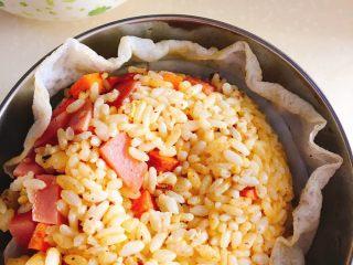 黄金炒饭,热锅倒油 把蛋白煎成蛋皮 取出。不用倒油放入拌好的饭炒至粒粒分明 倒入配料 加盐出锅