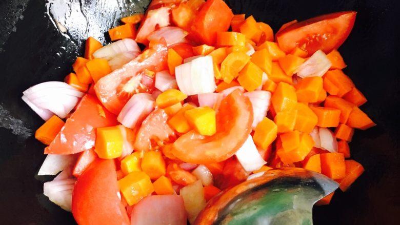 番茄牛肉,油锅烧热放入番茄胡萝卜葱头翻炒均匀