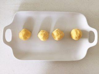 彩蔬虾仁蒸玉米挞—让宝宝直接端着玉米小碗开动吧!,揉成一个面团或搓成小圆球,醒一段时间