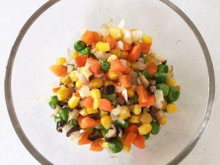 彩蔬虾仁蒸玉米挞—让宝宝直接端着玉米小碗开动吧!,出锅备用