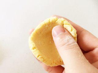 彩蔬虾仁蒸玉米挞—让宝宝直接端着玉米小碗开动吧!,把醒好的玉米面团,用拇指按压成一个小碗