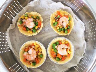 彩蔬虾仁蒸玉米挞—让宝宝直接端着玉米小碗开动吧!,放入步骤7中准备的彩蔬内陷,再在上面放1-2个虾仁,放入蒸锅,冷水入锅蒸15-20分钟。