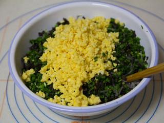 韭菜盒子,馅料加适量麻油拌匀,再加食用油拌匀,先不要放盐,等到做盒子的时候再放入盐。
