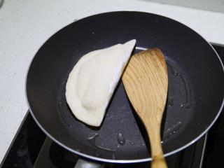 韭菜盒子,平底不沾锅,加入少量油,放入盒子,小火煎至两面金黄即可。