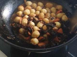 虎皮鹌鹑蛋,加郫县豆瓣酱,炒出红油,放胡萝卜,木耳翻炒,然后放炸好的鹌鹑蛋