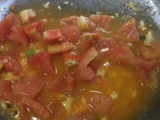 「吃货久久」做一碗高颜值番茄炒蛋,不断用锅铲压番茄出汁 用之前打鸡蛋的碗乘水倒入 喜欢有汁液泡饭就多倒点 大火收汁 加入辣椒和少许盐 鸡蛋之前已经加了盐 所以不需要太多