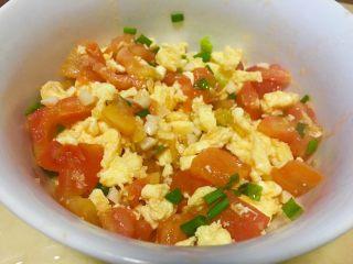 「吃货久久」做一碗高颜值番茄炒蛋,拌匀 我很喜欢小葱 就多放了点