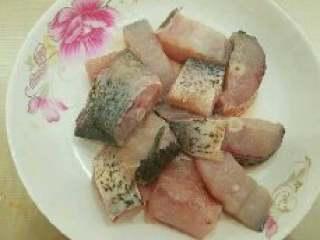 西红柿炖鱼,将鲢鱼切成块。