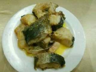西红柿炖鱼,煎好的鱼块盛出来备用