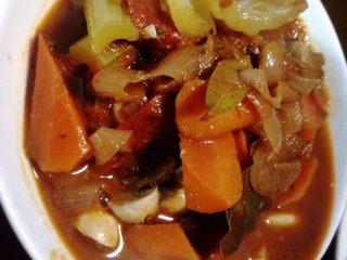 红酒烩羊腿肉,1.羊腿肉洗净,在凉水里泡30分钟 2.西红柿切块、胡萝卜滚刀切、洋葱切片、口蘑切块(可不放)、西芹切段 3.倒入玉米油,先炒蔬菜+蒜头,炒到西红柿出了很多汁时,加入2茶匙番茄酱,适量的盐,倒入红酒 4.等滚开时,放百里香,香叶 5.羊腿肉预先煎一下,再倒与蔬菜锅里闷1小时(我怕羊肉难咬,多闷了一会)