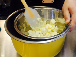 蓝莓重乳酪--超详细过程 好吃到飞起来,将奶油奶酪隔热水软化(水温也不可超过40度)