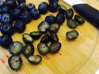 蓝莓重乳酪--超详细过程 好吃到飞起来,蓝莓洗净沥干水分,可切可不切,我切了一半,这样会有爆浆的赶脚