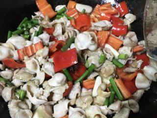 香辣肥肠,热油倒入肥肠翻炒一分钟加入调料