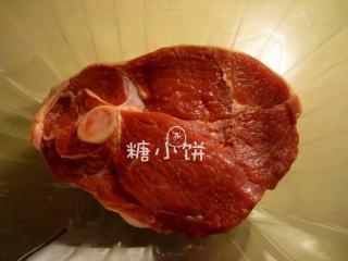 【迷迭香烤羊腿】中西混搭版,羊腿表面抹上1汤匙孜然粉和一层细盐,腌制一夜