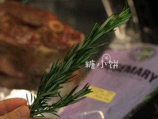 【迷迭香烤羊腿】中西混搭版,这是新鲜的迷迭香,洗净剪成小段