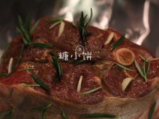 【迷迭香烤羊腿】中西混搭版,独头蒜去皮切片,一部分也扎孔埋到羊肉内,一部分用于铺底