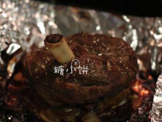 【迷迭香烤羊腿】中西混搭版,送回烤箱再烤50分钟即可,取出以后切片食用