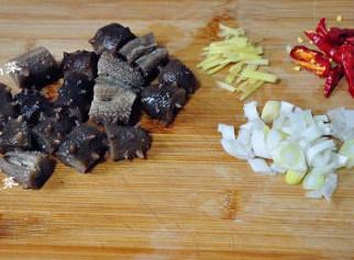 #八珍盛宴#醉美食光繁如花之啤酒海参虾,发好的海参切成小段,姜切丝,葱切小段,干辣椒切开备用。