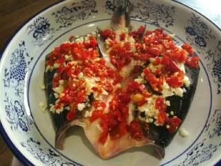 剁椒鱼头,放上剁椒,均匀撒在鱼头上。