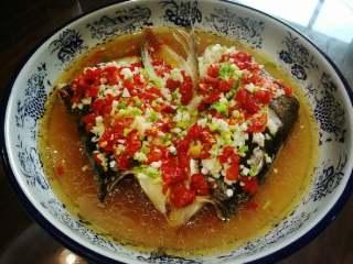 剁椒鱼头,淋上油既可食用。相互学习。