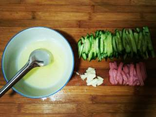 豪华版火腿拌黄瓜✨#夏天的味道#,黄瓜切丝 火腿切条 蒜拍扁切碎