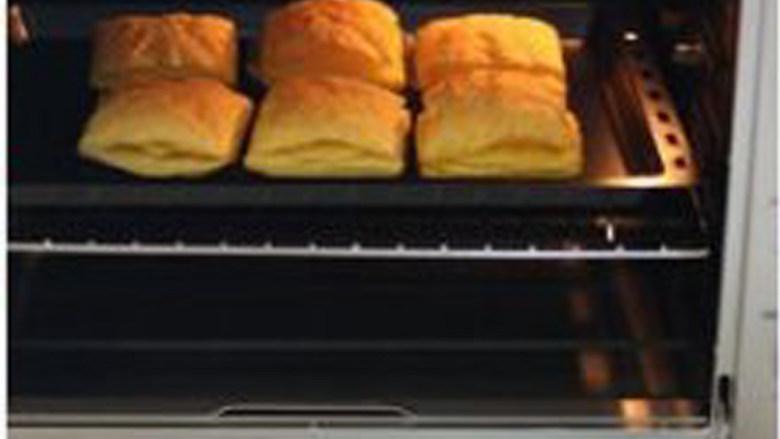 【水果拿破仑】,将烤盘放在烤箱中层上下火220度烘烤5分钟,转上下火170度烘烤10分钟。