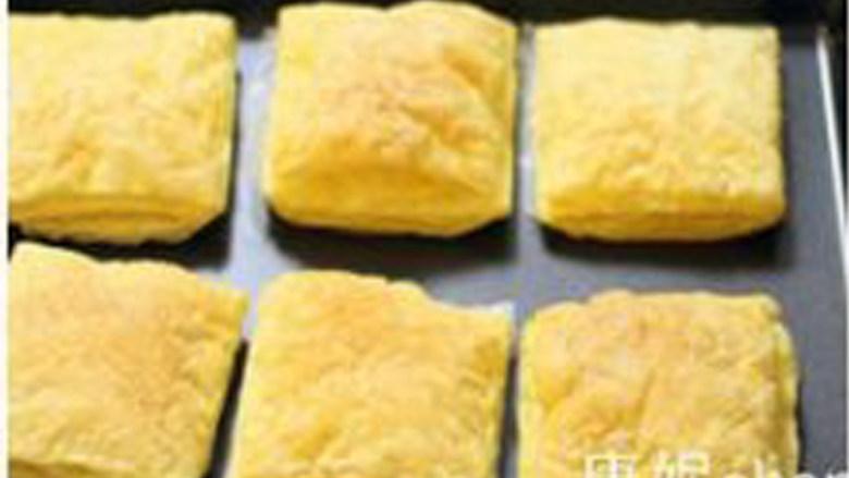 【水果拿破仑】,在烘烤的过程中要根据烤箱的性能来调整时间和温度,法式酥皮烘烤后金黄层次分明