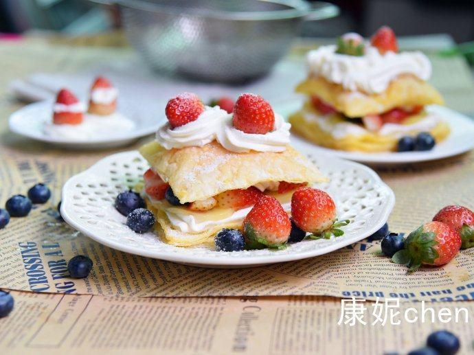 【水果拿破仑】,烤好的拿破仑酥要放凉后再挤上奶油馅,放奇异果块、蓝莓和草莓,再放拿破仑酥,挤上奶油馅或者撒上糖粉。