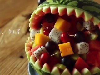鲨鱼叔,完成了!这份鲨鱼叔就做好了 ps:这份水果适合很适合减肥 家里来朋友 或者聚会 希望大家喜欢 这是上初三之前做的最后一道美食 上初三就没有时间做了 还是希望大家喜欢