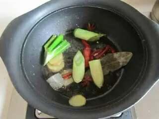四喜丸子,锅中放少许油,下入葱姜、八角、桂皮、香叶煸炒