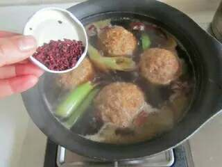 四喜丸子,再加入适量的开水, 生抽、料酒和少许红曲米