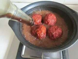 四喜丸子,再加入少许蚝油, 开大火,大火收汁后将丸子捞出