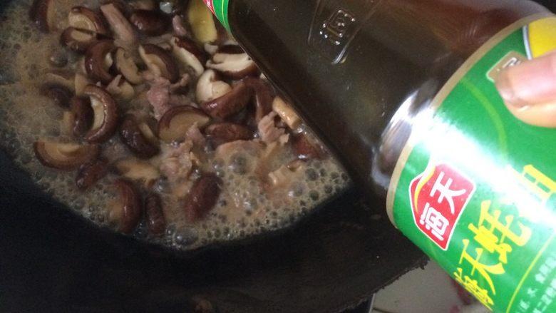 香菇炒肉片,如果不够味道时,加入适量蚝油,如果够了,就不用加了