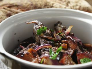 """香煎羊肝和培根——血气十足的""""铁""""娘子是这样炼成的,煎好的洋葱,甜甜的,跟香脆的培根和羊肝很般配。"""