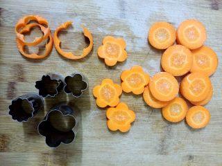 开胃糖醋萝卜#夏天的味道#,胡萝卜也是用同样的方法切成花。