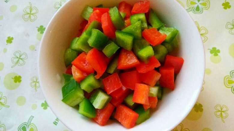什锦山药虾仁,青椒、红椒清洗去籽,切小块