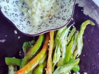 四季豆,蒜,辣椒切好备用