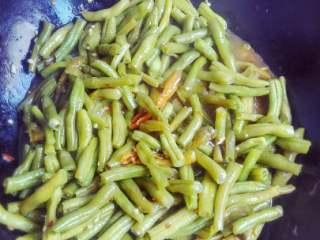 四季豆,中火煮大概15分钟,尝尝有没有盐,再适当加入盐,出锅前加入味精