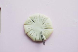 #夏天的味道#花朵豆沙酥,用刀片在每个花瓣上划两下,不要切透,看到馅料的深度就可以;