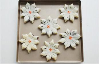 #夏天的味道#花朵豆沙酥,色素调少许水或不调水(我的水加多了,所以晕了),在花朵中间点上花心;