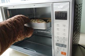 #夏天的味道#花朵豆沙酥,烤箱预热200℃,中上层烘烤20-25分钟,表面胀起来,酥皮已产生,但不能上色过重,烤好后取出,待酥皮点心不太烫后,将点心放在烤网上充分凉透后再密封保存即可。