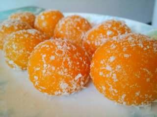 南瓜丸子#夏天的味道#,糯糯的还带着椰蓉的香味,好吃得不得了