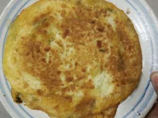柿子鸡蛋饼汤,将酪好、切成小块(或者是剩余的饼,在冰箱里放过,或者是用蒸器蒸过。)
