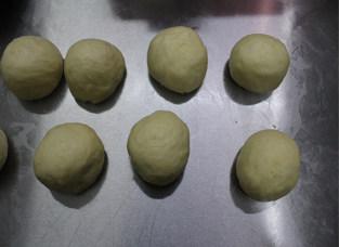#夏天的味道#奶酪控一定要做的面包——蔓越莓奶酪包 ,发酵好的面团,拿出揉匀排气,分成小份。