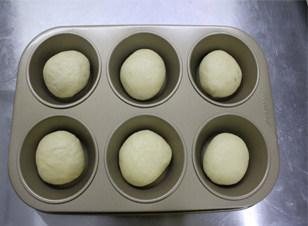 #夏天的味道#奶酪控一定要做的面包——蔓越莓奶酪包 ,收口向下放入模具