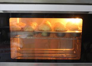 #夏天的味道#奶酪控一定要做的面包——蔓越莓奶酪包 ,放入预热好170度的烤箱,烤20分钟左右,表面马苏里拉奶酪上色,烤好后脱模晾凉封存。